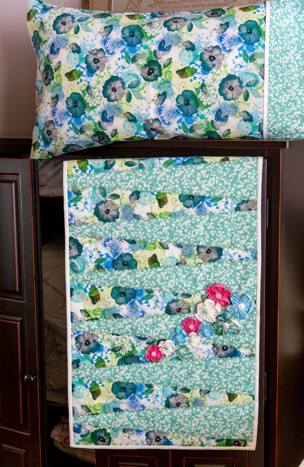 Bed Scarf & Pillowcases Pattern - Spring 2016